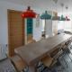 Cuisine table dur bâti carreaux ciment plan de travail béton ciré bois orange bleu décoration architecture intérieur appartement rénovation
