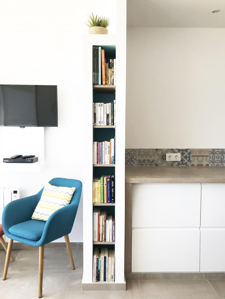 niche maçonnée bibliothèque rangement livres gain de place optimisation espace rénovation architecture d'intérieur agencement aménagement