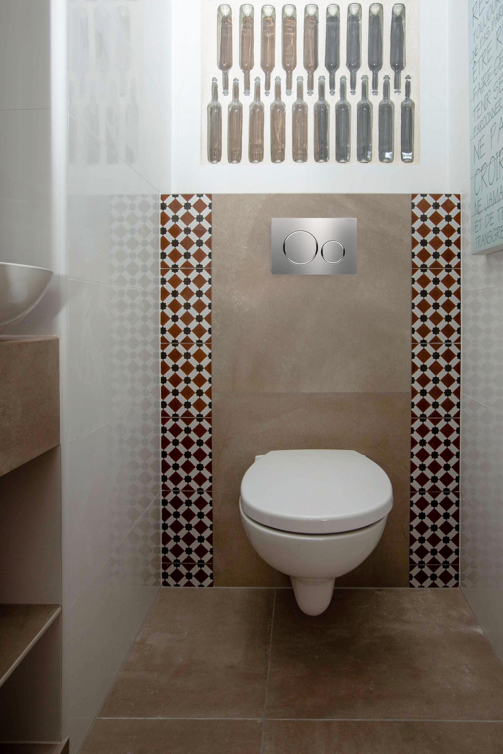 wc suspendu cloison verre transparence lumière luminosité bouteilles carrelage andalou