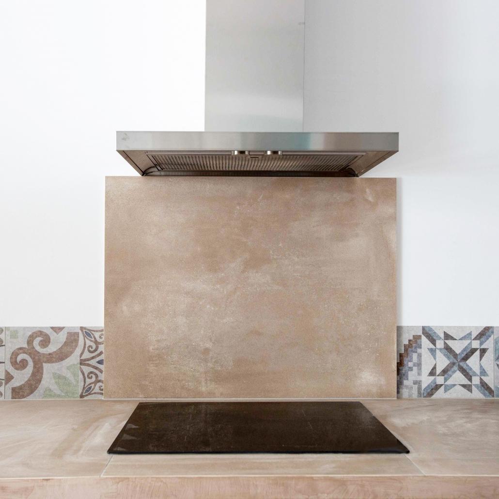 cuisine cuisson crédence dosseret plan de travail béton ciré conception sur-mesure carreaux de ciment décoration hotte planque de cuisson